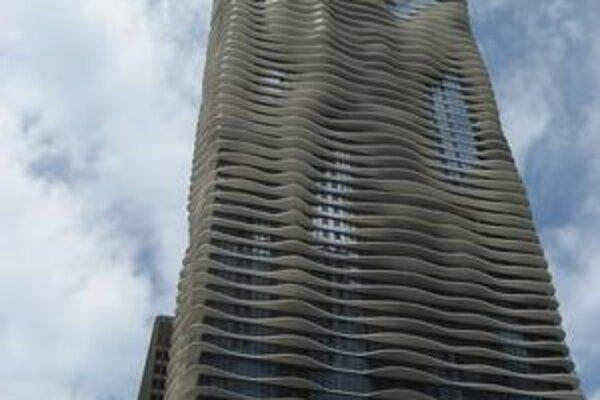 Chicagský mrakodrap Aqua. Tento mrakodrap s vlnovkovými balkónmi bol zvolený za mrakodrap roka 2009.