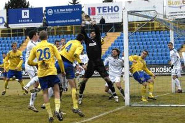 Ivan Djokovič (č. 4) po prvom rohu hlavou skóroval, po druhom taktiež prekonal brankára Kissa, no loptu za jeho chrbtom smerujúcu do brány obranca Burza vyhlavičkoval.