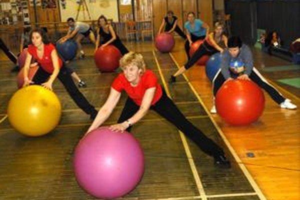 Fit ball. Cvičenie na lopte Fit Ball je vhodné naozaj pre všetkých.