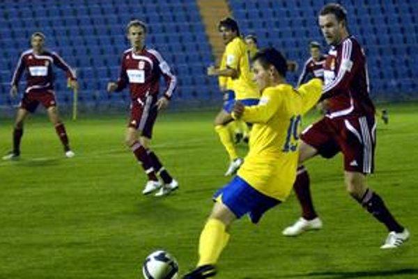 Ľavý obranca. M. Čonka (pri lopte) mal po zápase v Prešove dobrý pocit.