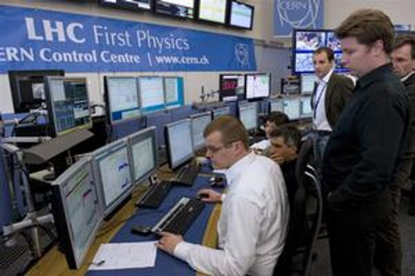 Riadiace centrum LHC. Predposledný marcový deň sa podarilo na urýchľovači LHC realizovať zrážku protónov senergiou 7 TeV.