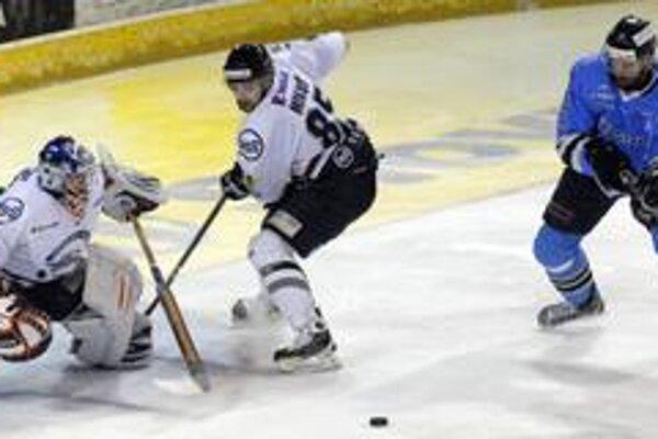 Dvakrát asistoval. Výborný strelec Peter Mikuš (pred brankárom Hudáčkom) si v druhom finálovom zápase pripísal dve gólové prihrávky.