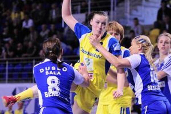 Iuventa mala jasne navrch. O postup do finále sa postarala aj Ukrajinka J. Bachirevová (s loptou).