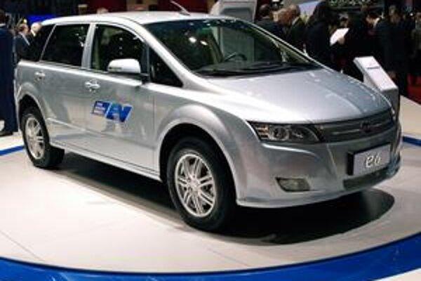 Elektromobil BYD e6. Na pohon tohto čínskeho elektromobilu slúžia dva elektromotory, jeden vpredu, jeden vzadu.