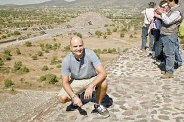 V pyramídovom mestečku Teotihuacán. Ja na pyramíde Slnka, v pozadí vidno pyramídu Mesiaca.