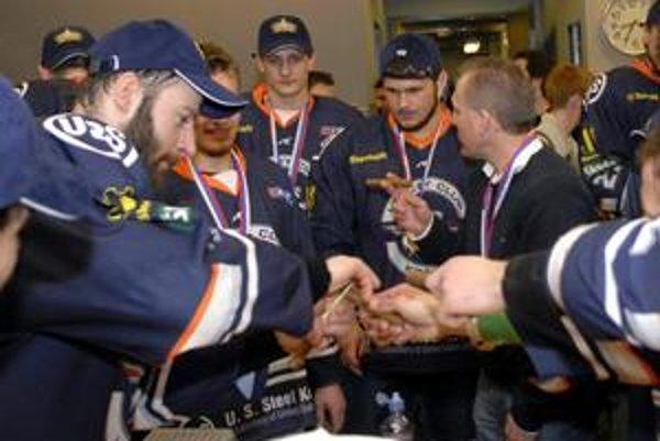 Text: Mohol oslavovať. Marek Mertel (druhý sprava) bol súčasťou košického majstrovského tímu.