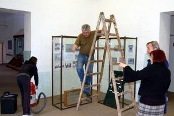 Prípravy na výstavu. V Podtatranskom múzeu sa na zajtra chystá vernisáž výstavy o druhej svetovej vojne.