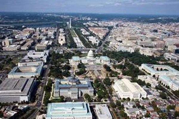 Centrum Washingtonu. Jeho dominantou je budova Kongresu Capitol (v strede snímky), od ktorej vedú čiary v smere hlavných svetových strán a rozdeľujú mesto na štyri časti.