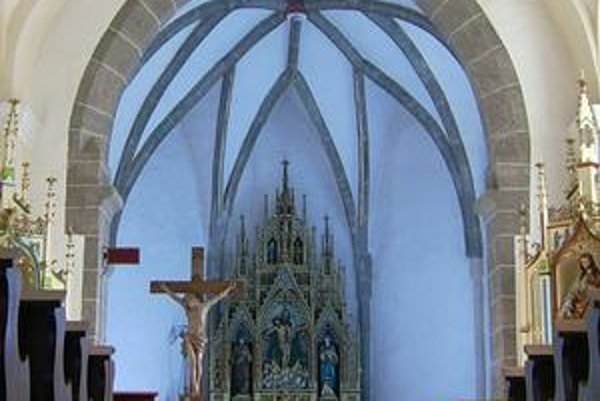 Kostol v Budkovciach. Interiér presbytéria.