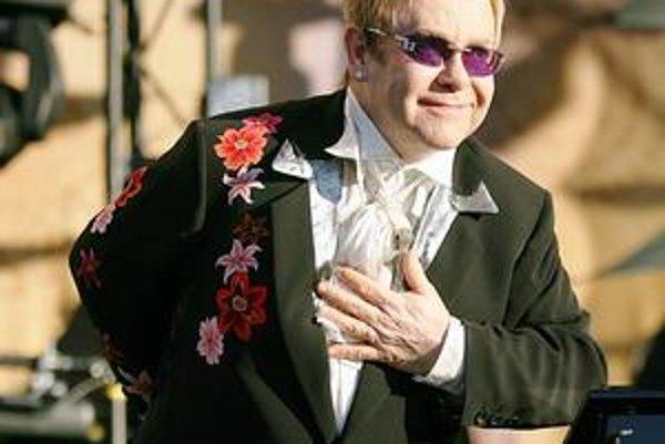 Sir Elton John v metropole východu vystúpi už v júni.
