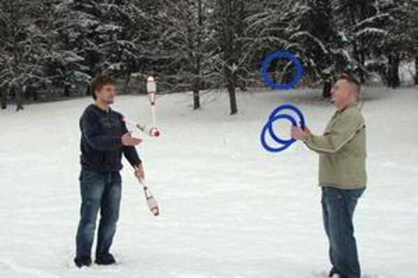 Žongléri. So žonglovaním začal najskôr Filip, potom sa k nemu pridal i starší Pegi.