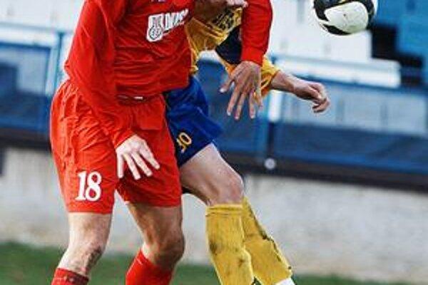 V akcii. Po zranení sa znovu objavil v majstrovskom zápase i Ján Goga (vpravo).