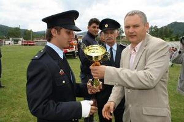 Oslavy. Pri príležitosti stého výročia hasičstva sa v Margecanoch rozdávali ocenenia. Na snímke vpravo starosta Igor Petrik, v strede J. Halcin.
