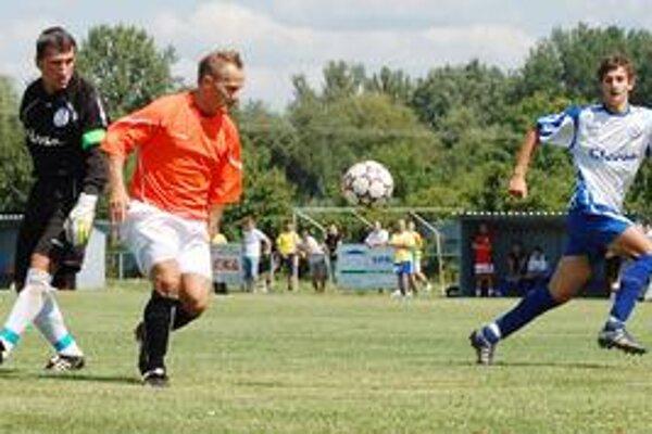 Napriek aktivite gól nedal. Útočník Topolian M. Tóth v tomto prípade obišiel aj brankára, no strelecky sa nepresadil.