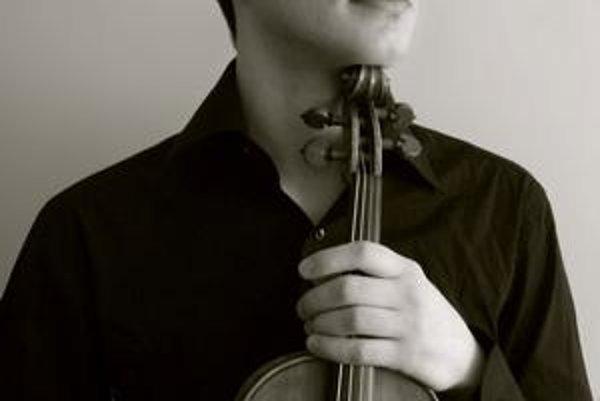 Učarovali mu husle. V súčasnosti je 2. koncertným majstrom ŠFK.