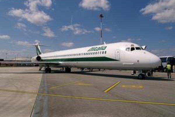 Lietadlo MD-82 spoločnosti Alitalia. Týmto lietadlom prileteli do Košíc futbalisti AS Roma.