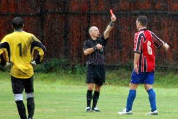 Červenanie v daždi. Ešte dlho po stretnutí sa viedli dohady, či smižiansky kanonier Richard Klubert (vpravo) videl červenú kartu oprávnene.