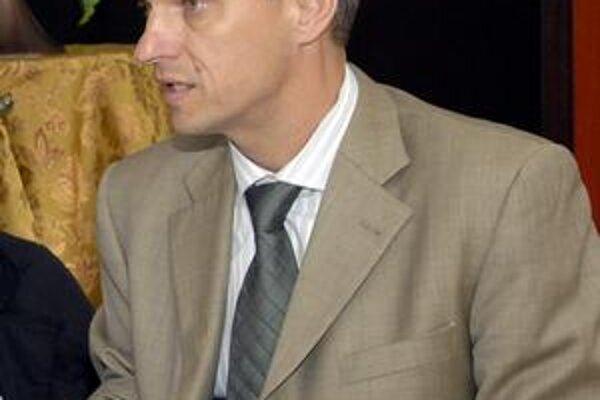 Branislav Koniar. Účastnícke čísla tešia riaditeľa pretekov.