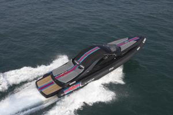 Rýchly čln Lanica Powerboat. Na pohon člna slúžia dva motory s celkovým výkonom 824 kW.