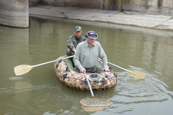 Odlov rýb. Robí sa z člna pomocou el. agregátu.