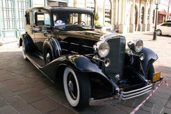 Cadillac 355C z roku 1933. Vozidlo poháňa 5,8-litrový osemvalec výkonu 86 kW.
