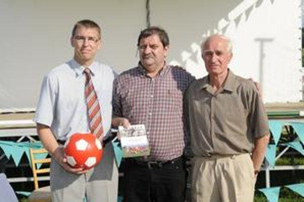 Uvádzanie knihy o futbale do života. Zľava Gabriel Paľa, Jozef Capkovič a František Paľa.