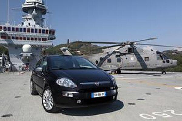 Fiat Punto Evo.  Novú fiatku predstavili na palube talianskej lietadlovej lode Cavour.