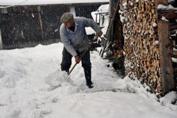 Severná časť Slovenska sa ocitla pod záľahou snehu. Obyvateľom nastávajú tradičné zimné starosti.