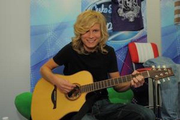 S jednou z lások. Gitara je Mirovou neodmysliteľnou súčasťou.