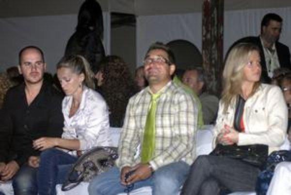 Na módnej prehliadke. Igor Timko s manželkou (vľavo) a Zoli Sallai s jednou z kamarátok.