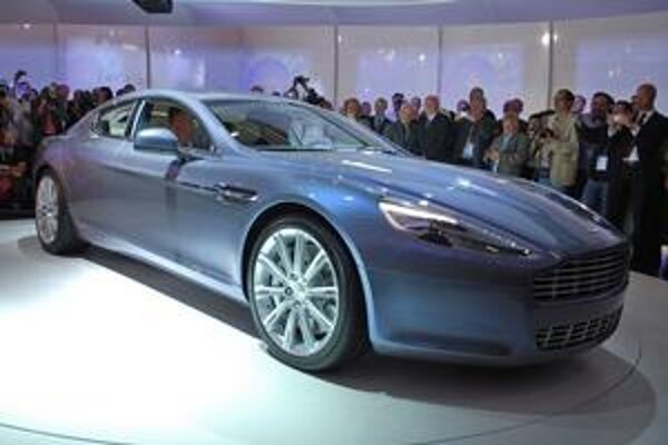 Aston Martin Rapide. Na pohon vozidla slúži vidlicový dvanásťvalcový motor.