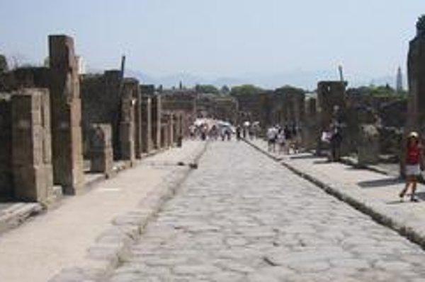 Jedna z ulíc Pompejí. Široké ulice boli dláždené kameňmi a mali chodníky.