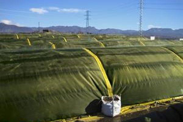 Fóliou prikrytá skládka bioodpadu. Fólia má miniatúrne póry, cez ktoré nemôžu navonok prenikať škodlivé plyny.