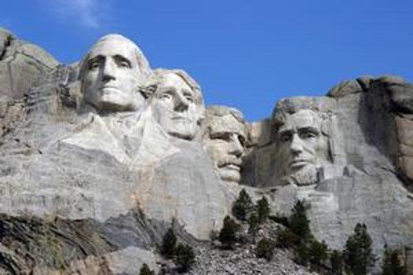 Národný pamätník Mount Rushmore. Zobrazuje štyroch prezidentov USA: zľava George Washington, Thomas Jefferson, Theodore Roosevelt a Abraham Lincoln.