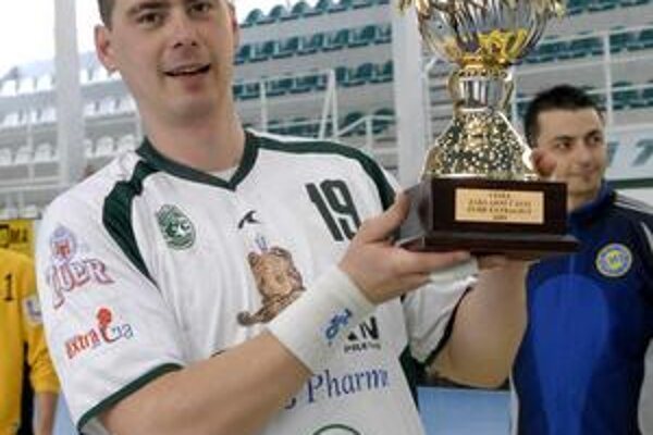 S cennou trofejou za triumf v českej Zubr extralige kapitán Peter Tumidalský.