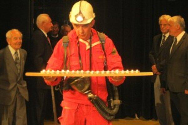 Počas slávnosti priniesol banský záchranár dvadsať sviečok.