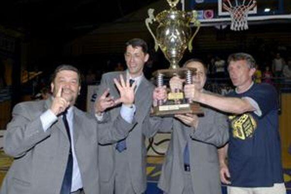 Chlapská radosť. Zľava manažér Benninghaus, tréner Svitek, asistent Krajňák a kondičný tréner Prezbruchý.