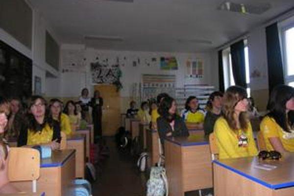"""Žltý"""" pondelok. Študenti v tento deň prišli oblečení v žltom odeve"""