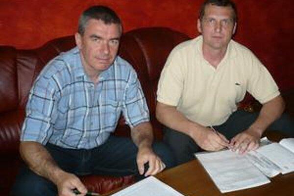 Alternatívy. M. Chmeliar (vľavo) s T. Szalaiom pripravujú dve možnosti účasti.
