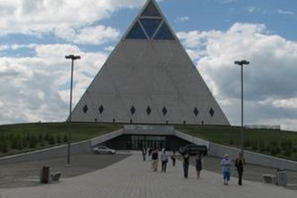 Pyramída mieru. Túto unikátnu stavbu navrhol Sir Norman Foster