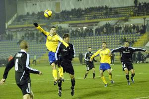 Strelci. Košičan J. Novák (v žltom) nastrieľal v pohári už päť gólov. Petržalčan K. Saláta zasa skóroval vo všetkých troch vzájomných zápasoch tejto sezóny.