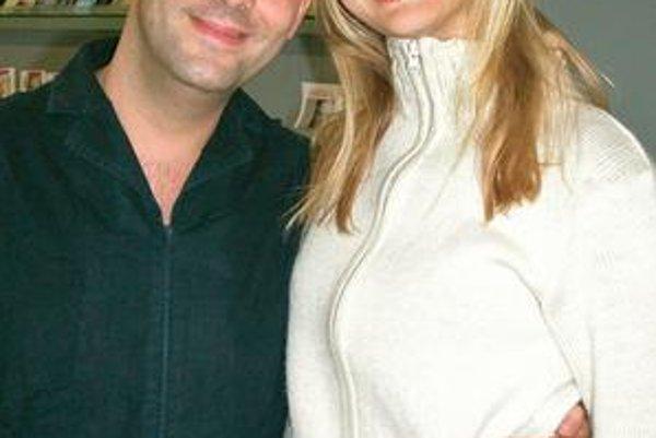 Denisa Dvončová so Sášom Jánym. Anorexiu nie, ale modelka musí byť veľmi štíhla. Také chcú návrhári.