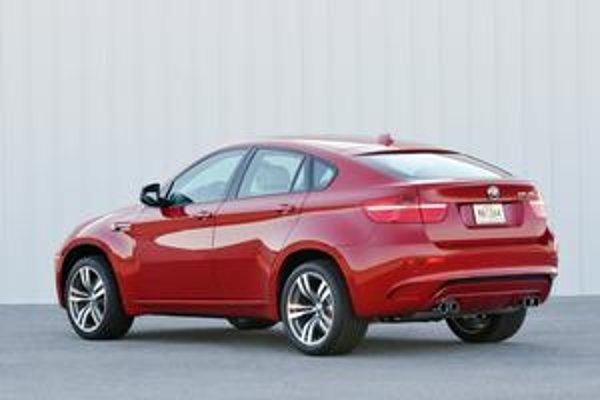 BMW X6 M. Vzadu sú dve dvojité koncovky výfuku