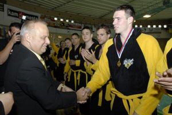 Radostná povinnosť. Viceprezident ČH Hornets Miloslav Pinčák (vľavo) si pri odovzdávaní zlatých medailí gratuluje s jedným zo stabilných pilierov tímu Martinom Kolárikom.