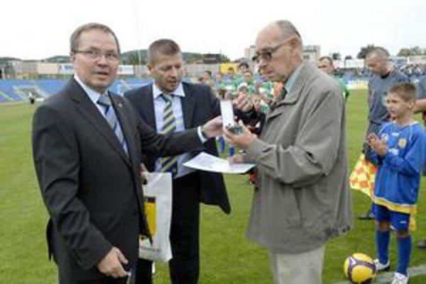 Neuveriteľné! Nemusíte veriť, ale včera aj Ján Polgár pokoril hranicu ôsmich krížikov. Od predsedu Komisie rozhodcov SFZ Dušana Krchňáka (vľavo) dostal Zlatý odznak SFZ.