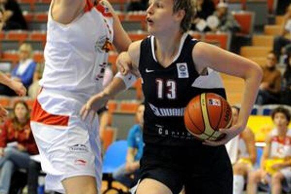 Anna Jurčenková (s loptou) v stretnutí proti Španielsku.