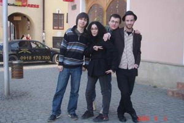 Liquid error. Kapela hrá v zložení (zľava) Martin Hajtol (Mathew), Klára Mančáková (Kall), Miroslav Ducký (Spencer) a Michal Švec (Mike Utero).