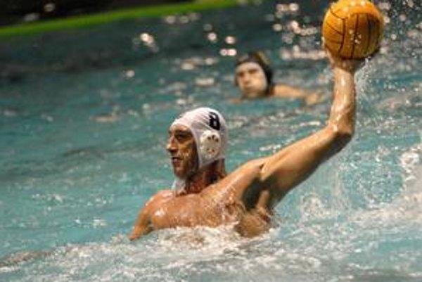 Roman Poláčik hádže čiapočku do kúta, je z neho reprezentačný tréner.
