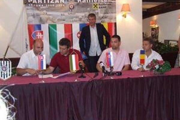 Podpis zmluvy. Štefan Šmihuľa (druhý sprava) so zástupcami ostatných krajín podpisuje v Belehrade kontrakt o interlige.