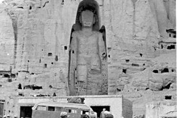 Socha Budhu. Už neexistujúca 56 m vysoká socha v Bamjane v skale, kde žili aj ľudia.